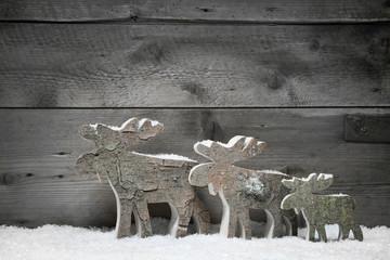 Weihnachtlicher Hintergrund aus Holz mit geschnitzten Figuren