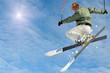 Skifahrer springt