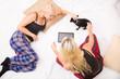 Pyjama Party mit Tablet PC und Hund