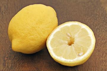 halbe und ganze Zitrone