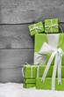 Weihnachtskarte mit Geschenke in Grün - Holz - Hintergrund