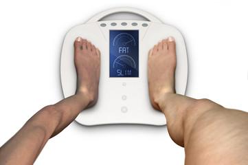 persona magra e grassa con piede sulla bilancia