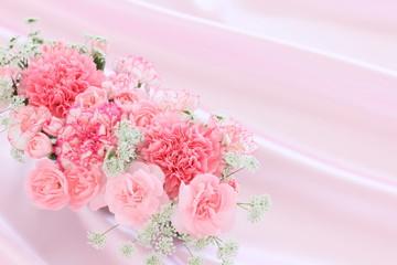 花束とサテン生地