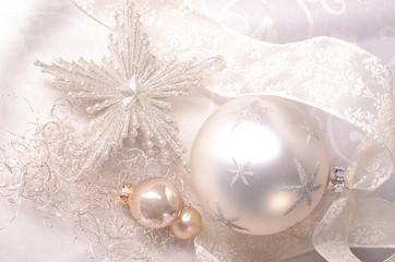 Silberne Weihnachtsdeko mit Eiskristall
