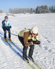 Zwei Langläufer in Schußfahrt
