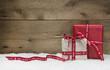 Weihnachtlicher Hintergrund aus Holz mit Geschenke