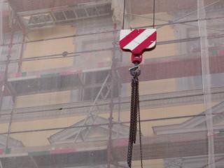 Baustelle - Kran hebt Arbeitsmaterial