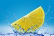 Cytryna wpadająca do wody