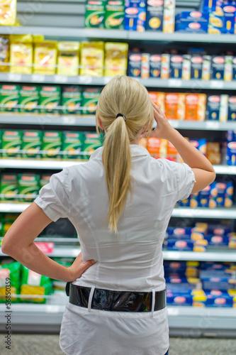 Frau vor Regal im Supermarkt
