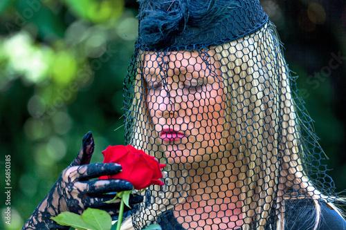 eine Witwe mit roter Rose