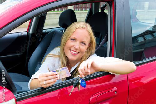 Frau mit Führerschein