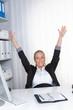 Businessfrau jubelt am Arbeitsplatz