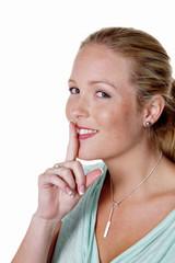 Frau hält Finger vor den Mund