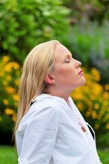 Frau genießt die Ruhe