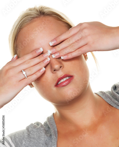 Frau hält sich die Augen zu