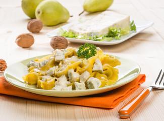 Tortelloni ripieni con gorgonzola e noci, fuoco selettivo