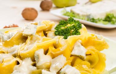 Tortelloni con gorgonzola e noci, fuoco selettivo, close-up