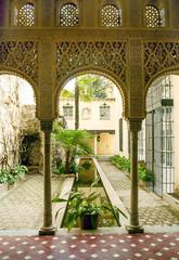 Columnas árabes en un patio