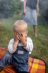 Kind versteckt sich vor Rauch