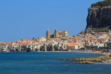 La cattedrale di Cefalù vista dal mare