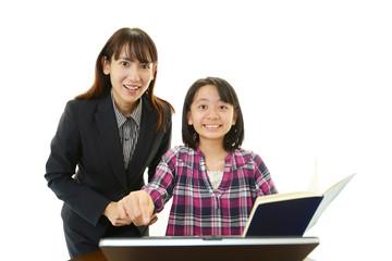 勉強を楽しむ笑顔の女の子