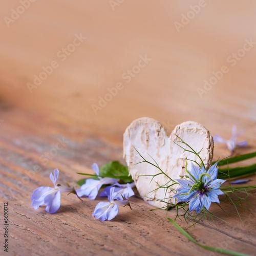 Grußkarte mit Textfreiraum - Herz und Blüten auf Holz
