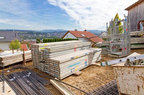 Bauplatz und Baumaterial