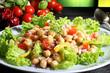 insalata colorata con ceci sfondo verde