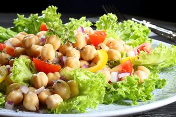 insalata colorata con ceci sfondo nero