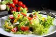 insalata colorata  sfondo grigio