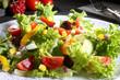 insalata colorata con mais sfondo grigio