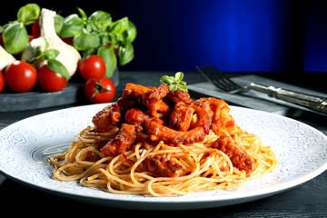 pasta spaghetti con polpo sfondo blue