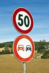 segnali stradali in campagna