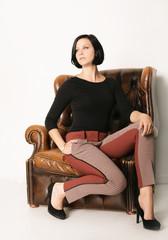 Frau sitzt auf dem Sessel