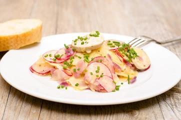 Kartoffelsalat auf einem weissen Teller