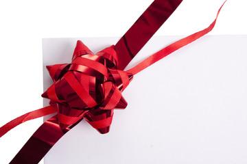sobre en blanco con cinta de regalo