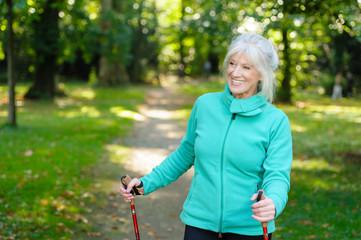 Aktive Seniorin hält sich fit