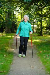 Aktive Seniorin beim Nordic Walking