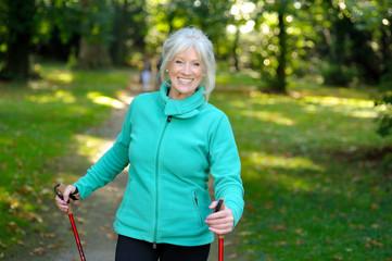 Seniorin beim Fitnesstraining im Wald