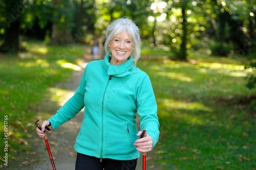 Seniorin beim Fitnesstraining im Wald - 56951766