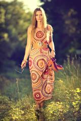 attraktive Frau im Hippiekleid