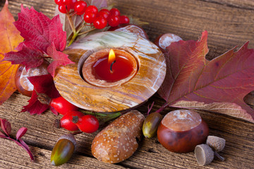 Herbstliche Tischdekoration mit Naturmaterialien