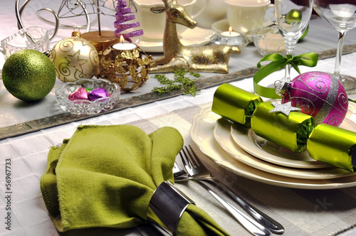 Staande foto Buffet, Bar Lime green and pink modern Christmas table setting