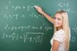 junge frau löst mathematische gleichung