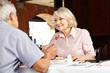 Paar im Restaurant redet miteinander