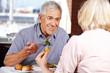 Seniorenpaar beim Essen im Restaurant