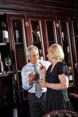 Senioren bei einer Weinprobe