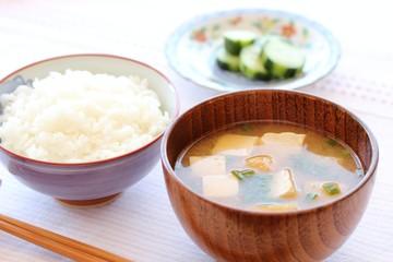 豆腐と油揚げの味噌汁の朝食