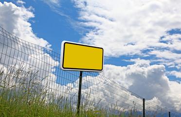 Schild am Zaun