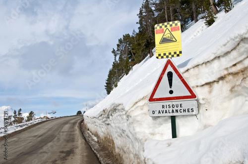 Route de montage enneigée, risque d'avalanches
